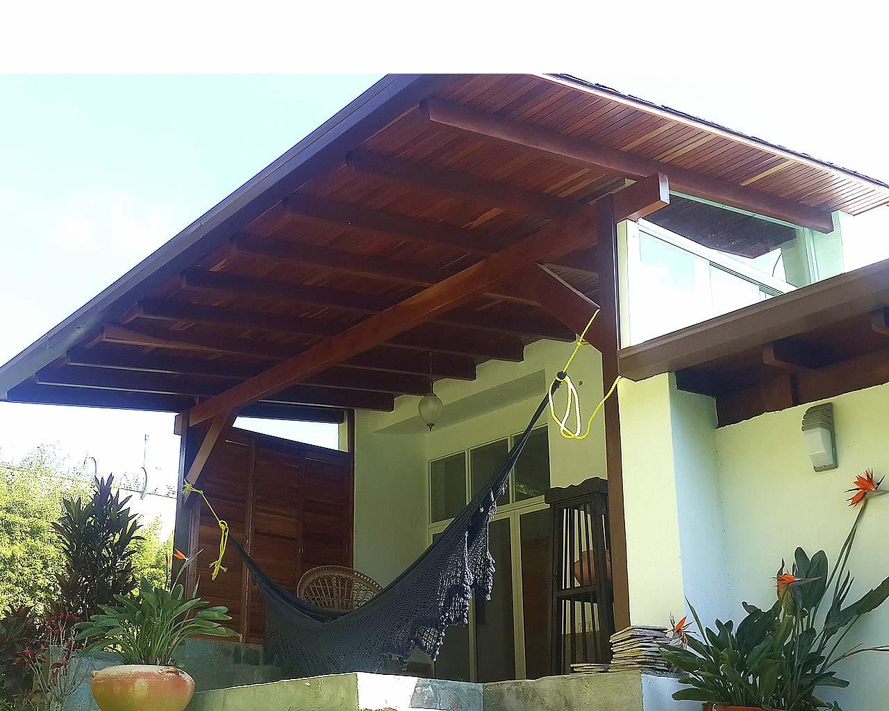 La casa de los techos coloniales for Materiales para techos de casas
